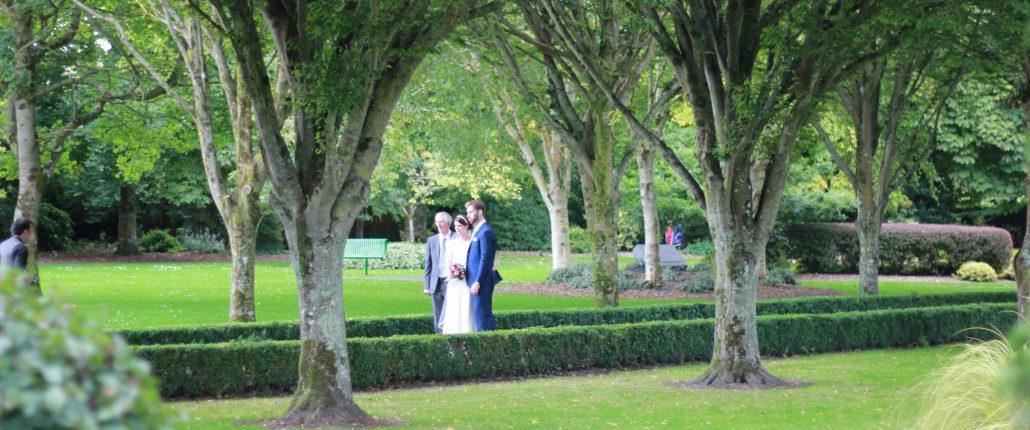 ein brautpaar im park irland