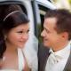 thema liebe ein brautpaar schaut verliebt in augen das paar wirkt sehr gluecklich