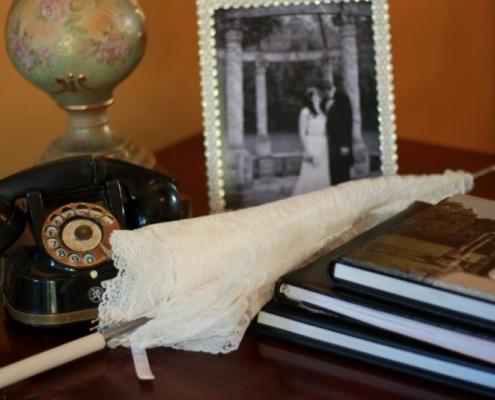 glueck zufriedenheit finden mit beziehungscoach sandra rumen ein bild steht auf einen tisch mit einem ehepaar