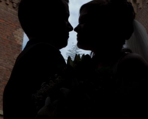 brautpaar schaut sich an im hintergrung ist eine burg thema ist partnerschaft hilfe tipps wie pflegen paare eine beginnende partnerschaft