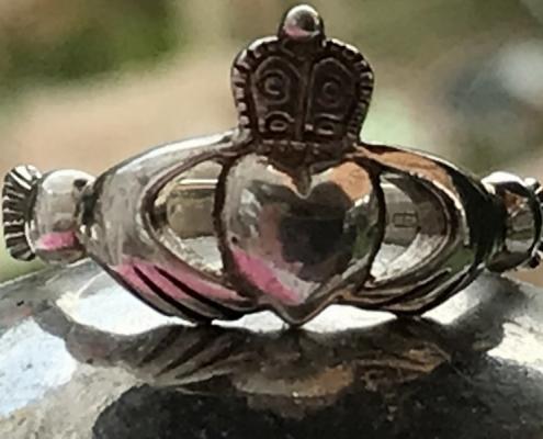 ein silbenbener ring in der mitte befindet sich ein herz das gehalten oben drüber eine krone thema singleproblematiken in der singleberatung zu lösen um so den passenden partner zu finden in der praxis leb neu mit beziehungscoach sandra rumen in moenchengladbach