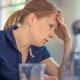burnout- syndrom frau sitzend hat kummer und sorgen