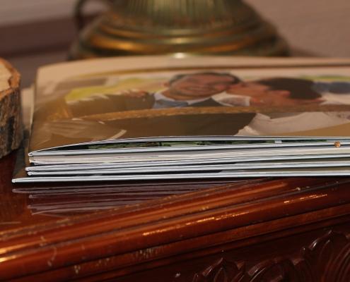 preavention paarberatung fotoalbum auf eine kommode bild braut kuesst den brautigam thema praevention paarkommunikationn br